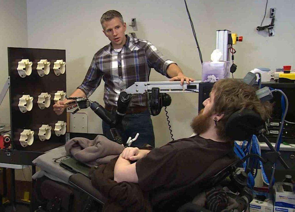 Nathan Copeland voelt dankzij breinimplantaten wanneer een robotarm wordt aangeraakt. UPMC / Pitt Health Sciences